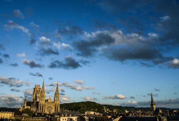 L'église Saint-Ouen de Rouen au soleil couchant, au-dessus des toits. A droite : le clocher de l'église Saint-Maclou
