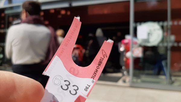 Pour entrer dans l'Intermarché de Menton, il faut prendre son ticket et s'armer de patience.