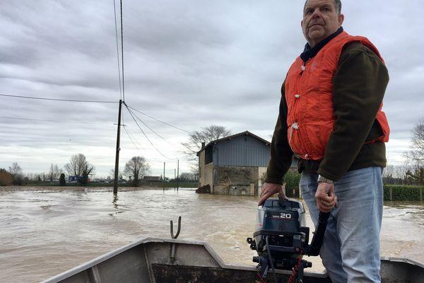 C'est Serge Poujardieu, le maire de Fontet, aux commandes du bateau, qui part chercher les habitants qu'il faut évacuer.