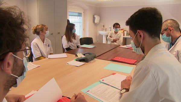 Le Professeur Jean-Luc Cracowski préside la conférence au cours de laquelle les pharmacologues grenoblois débattent des cas d'effets indésirables
