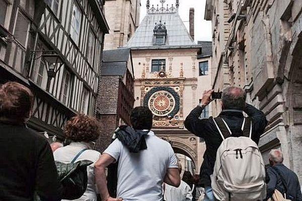 Groupe de touristes italiens dans la rue du Gros-Horloge de Rouen