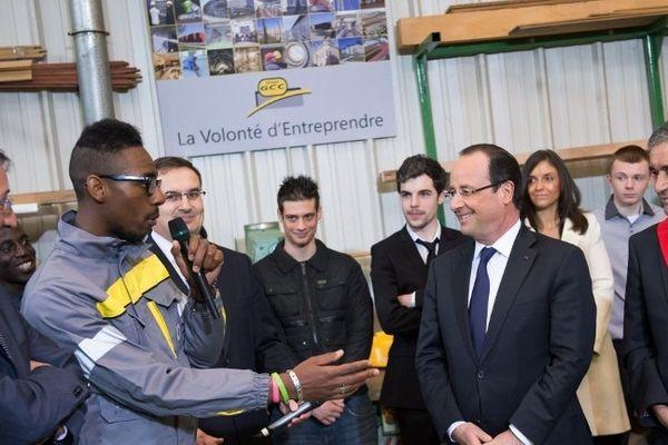 """François Hollande s'est rendu aux Mureaux (Yvelines) pour défendre sa """"boîte à outils"""" contre le chômage."""