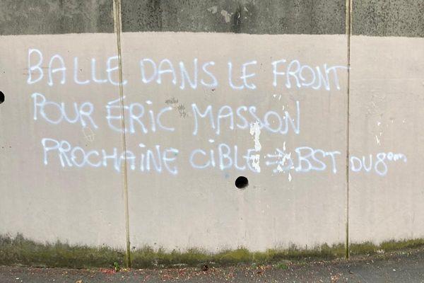 Les menaces de mort visant des policiers ont été découvertes dans le 8e arrondissement de Lyon lundi 10 mai, sur les murs d'un groupe scolaire et d'un complexe sportif. Une enquête a été ouverte.