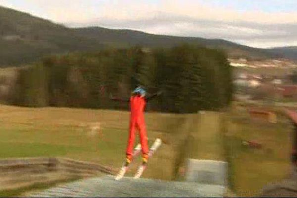 Faute de neige, à Gérardmer, on pratique du saut à ski...sur du synthétique