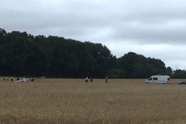 L'avion de voltige s'est écrasé dans un champ près de l'aérodrome