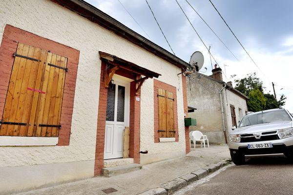 Le corps sans vie d'une femme âgée d'une cinquantaine d'années avait été retrouvé, lundi 3 juin, à son domicile à Rogny-les-Sept-Écluses, petit village de l'Yonne frontalier avec le Loiret.