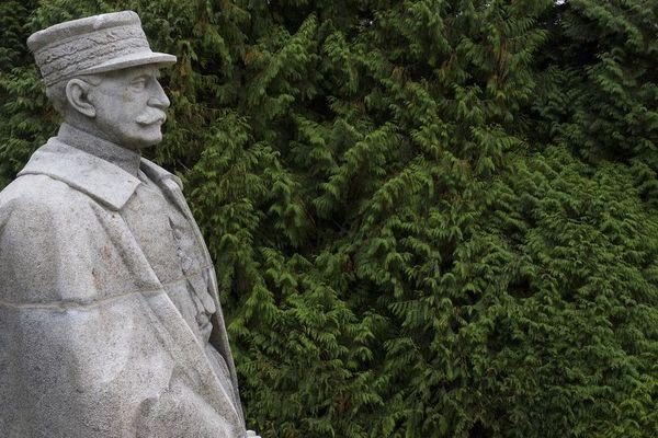 La statue du Maréchal Foch, dans la forêt de Compiègne.