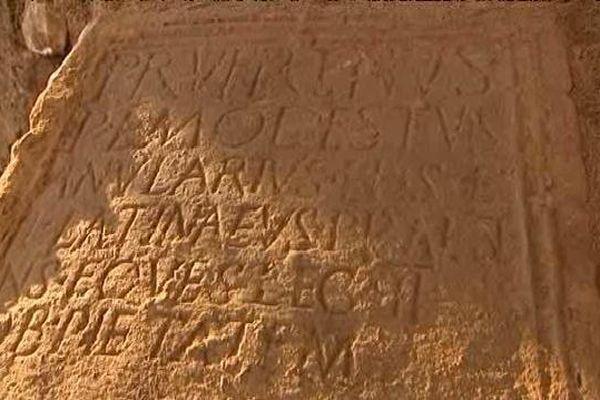 La stèle découverte par les archéologues