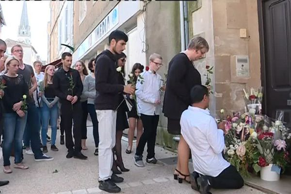 Des fleurs ont été déposées devant la porte du domicile de Magalie