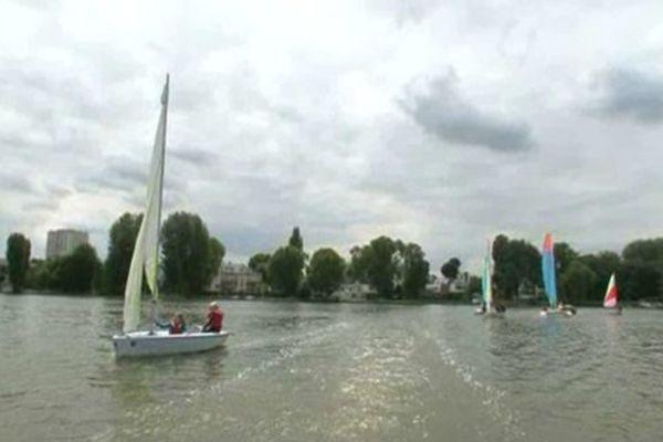 Faites du bateau sur le lac d'Enghien, en plein centre ville !