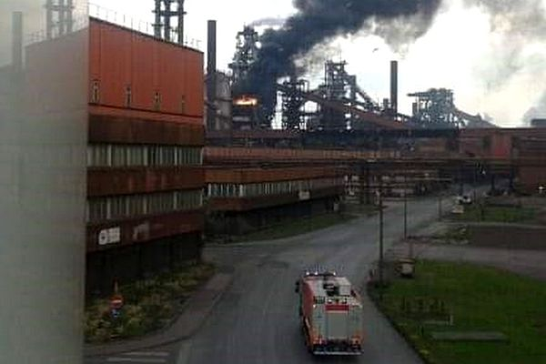 Les bâches d'un échafaudage au sommet du haut-fourneau HF2 d'ArcelorMittal Dunkerque se sont embrasées.