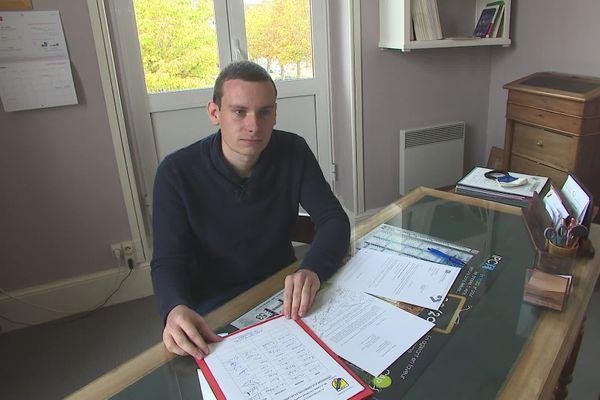 Renaud Combaud, le jeune maire d'Aigre en Charente, s'oppose à la fermeture de l'agence de la Caisse d'Epargne dans sa commune.