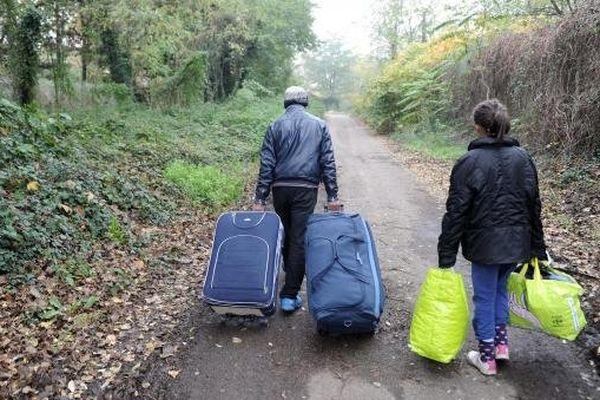 Des demandeurs d'asile albanais sont évacués du pont sous lequel ils vivaient depuis l'été, le 18 novembre 2013, à Lyon (Rhône).