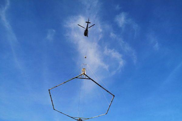 Depuis mi-octobre, un hélicoptère survole la Chaîne des Puys, pour recueillir des données sur les sols du massif.