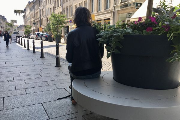 Des bancs circulaires ont été installés dans le centre-ville pour créer du lien social - 24 août 2021.