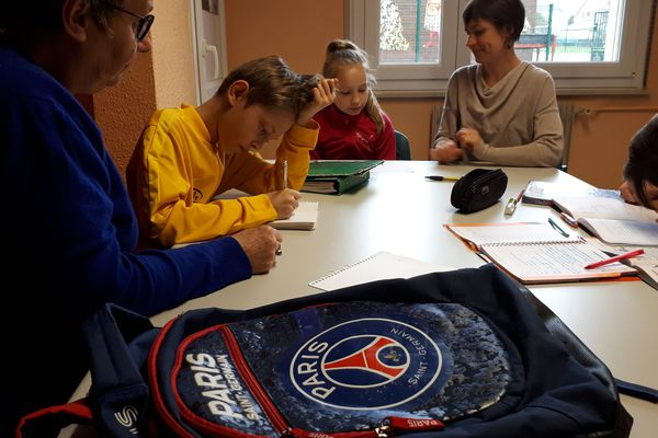 Du soutien scolaire avant l'entraînement de foot, initiative a été lancée dans le club de football de Thann avec succès.
