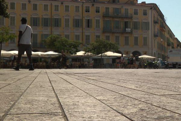 La minéralisation des places et le manque d'arbres, comme ici place Garibaldi, à Nice, sont dénoncés par les élus écologistes