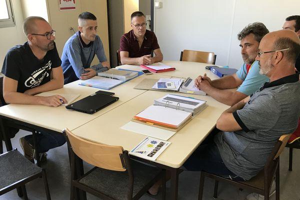 Les syndicats de Michelin réunis après leur CSE à La Roche-sur-Yon, ce mardi 17 septembre.