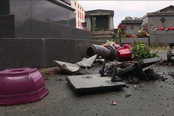 Pots de fleurs renversés, crucifix cassés et plaques funéraires endommagées dans la nuit de samedi à dimanche 9 juin.
