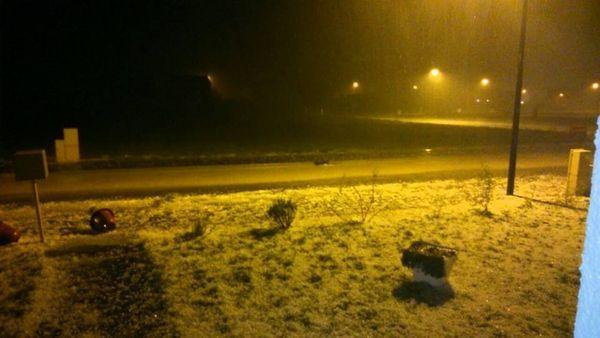 Violent orage/tempête vers 23h45 à Isles sur Suippe. de gros grêlons, beaucoup de vent, la rue inondée.