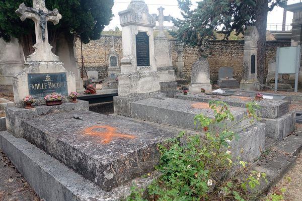 Dans le cimetière de l'hôpital des Champs, une cinquantaine de tombes a été taguée en milieu de journée, jeudi 16 septembre.