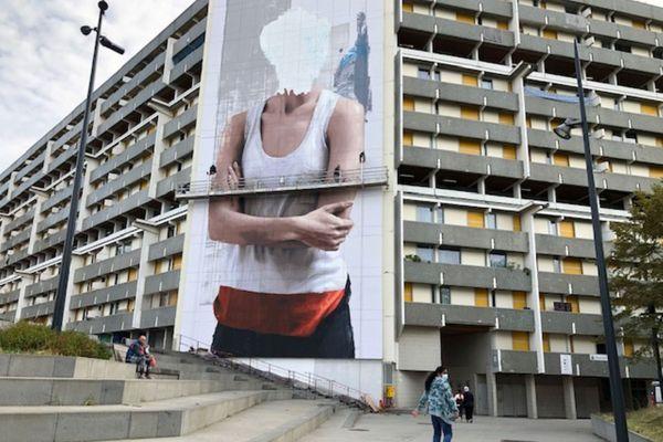 Fresque murale réalisée par le duo d'artistes Sismikazot, dans le quartier de Bellefontaine, place Niki De Saint Phalle