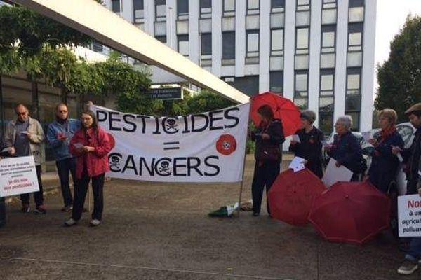 Alors que la réunion a débuté à la Chambre régionale d'agriculture d'Angers, une petite délégation de coquelicots s'est rassemblée devant le bâtiment.