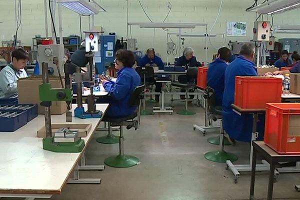 118 personnes handicapées travaillent dans le bâtiment dans divers tâches de production.