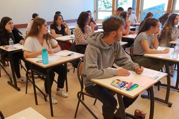 Distribution des copies de philo au lycée Marie Reynoard de Villard-Bonnot, en Isère