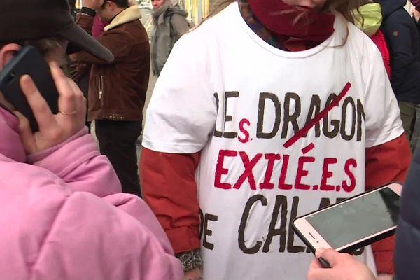 """Ce samedi midi, une militante porte un t-shirt """"Les exilé.e.s"""" de Calais"""