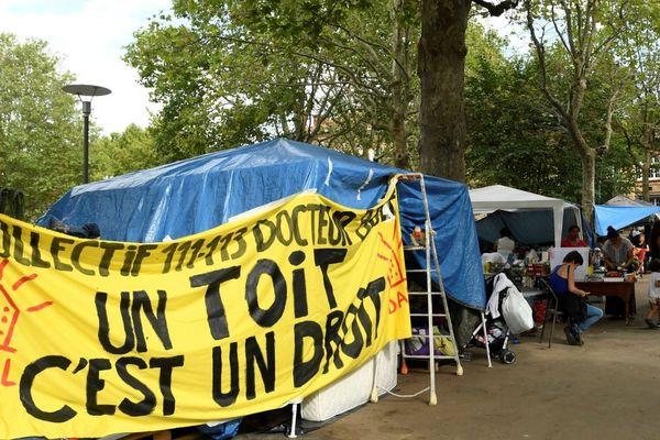 Les réfugiés campaient depuis août devant la mairie de Saint-Ouen, après avoir été expulsés d'un squat dans d'anciens bureaux et entrepôts possédés par la Ville.
