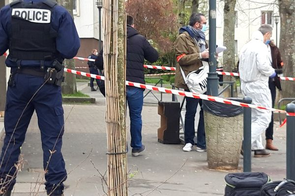 Devant le supermarché Carrefour City, à Cleunay, où un jeune homme a reçu une balle en pleine tête le 17 mars 2021. La piste du règlement de compte sur fond de trafic de drogue est privilégiée.