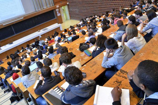 des étudiants dans un amphi de Rennes I