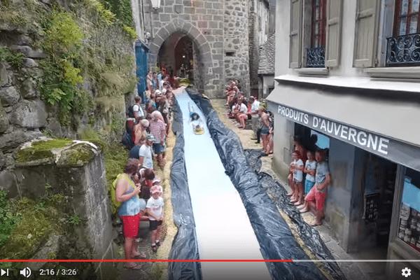 Les jeunes Cantaliens de RadCow font encore parler d'eux : ils ont transformé les rues de Salers en toboggan aquatique géant.