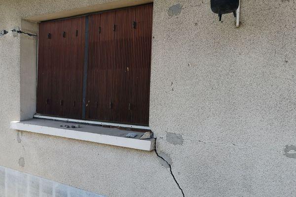 Les murs fissurés d'une habitation, des dégâts provoqués par des mouvements de terrain consécutifs à la sécheresse.