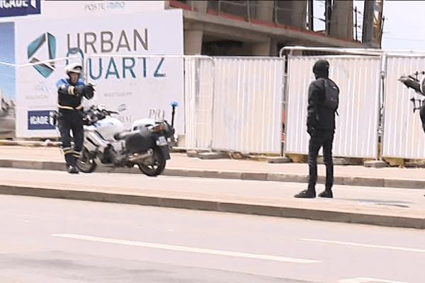 Un policier a mis en joue des manifestants ce jeudi 27 avril à Rennes.