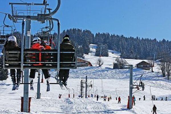 Le train des neiges permet une journée de ski à petit prix dans les alpes du sud