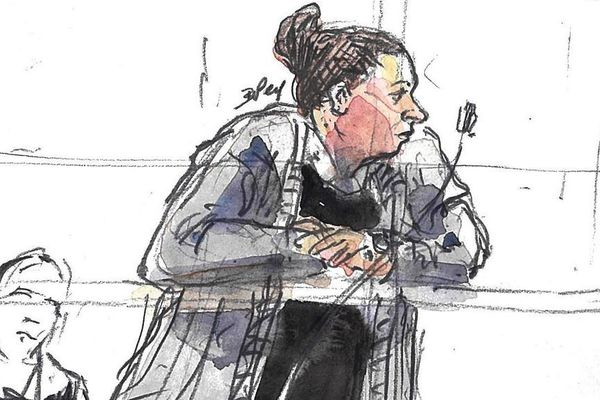 Un croquis représentant Inès Madani, principale accusée lors de ce procès.