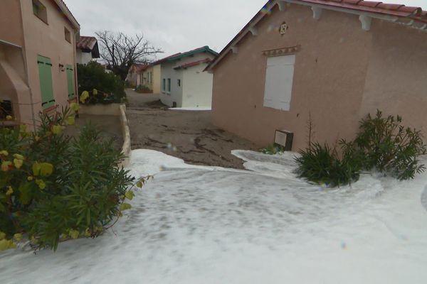 L'eau déborde dans les rues en bord de place du Racou, à Argelès-sur-Mer, le 22 janvier.