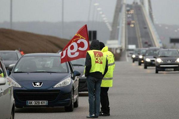 """140 manifestants mènent une opération """"péage gratuit"""" au Pont de Normandie ce vendredi"""