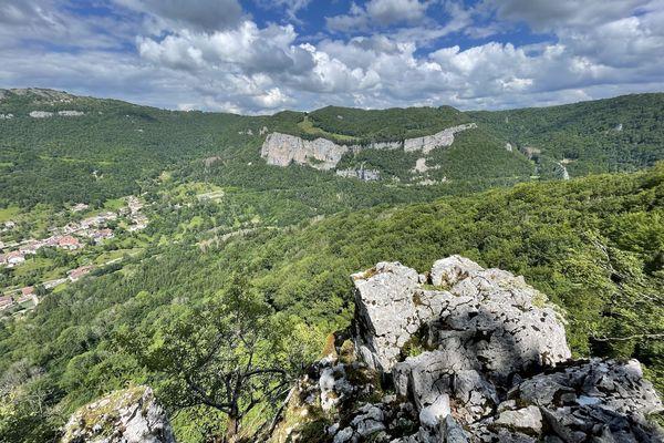 Les gorges de Nouailles sont un canyon profond de 150 à 350 mètres qui entaille le plateau de Levier sur 4 kilomètres entre la source de la Loue à Ouhans et son débouché en amont de Mouthier-Haute-Pierre au niveau du ruisseau de Syratu.