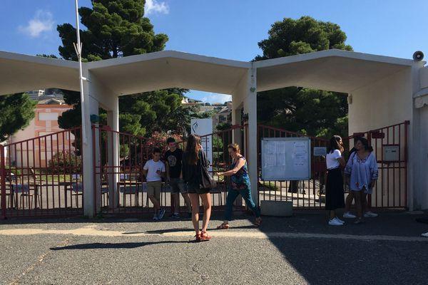 Attente des résultats du bac en Corse, devant un lycée à Bastia.
