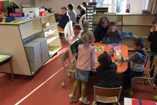 A l'école Saint-Joseph de Raucoules (Haute-Loire), une cinquantaine d'enfants volontaires est à l'école pendant les vacances de la Toussaint 2018 pour une formation d'enseignants du département à la méthode « Pierre Faure ».