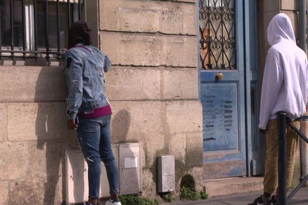 Deux jeunes migrants devant le squat le Kabako à Bordeaux.