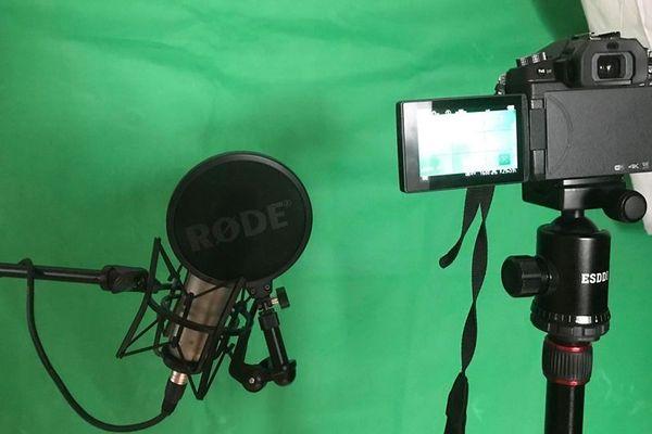 L'appareil photo numérique Panasonic G80, le micro, l'éclairage et, très important, le fond vert pour réaliser les incrustations.