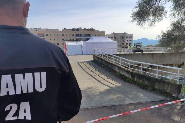"""La tente de """"prélèvements"""" pour les tests de dépistage de coronavirus, installée sur le parking de l'hôpital d'Ajaccio, suite au déclenchement du """"plan blanc""""."""