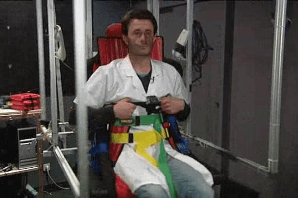 Les chercheurs du CHU de Caen font eux-mêmes les cobayes sur ce drôle de fauteuil pour étudier les symptômes du mal des transports