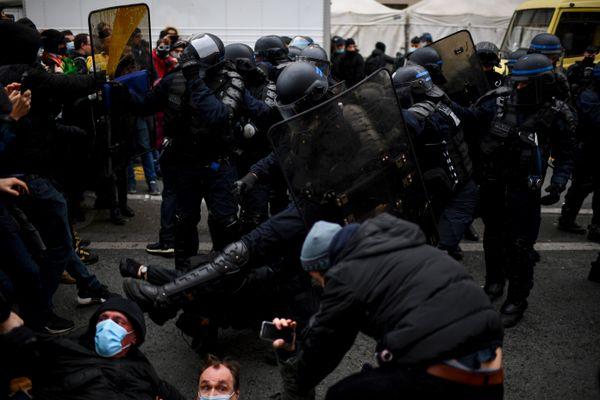 Bousculade entre les policiers et les manifestants dans le cortège parisien.