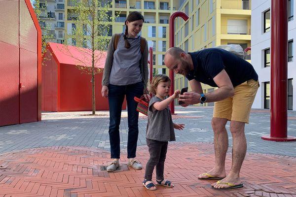 Une fois trouvés les oeufs virtuels, les enfants les échangent contre de véritables oeufs en chocolat.
