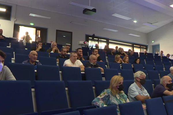 La conférence s'est déroulée dans un amphithéâtre Ribellu clairsemé.